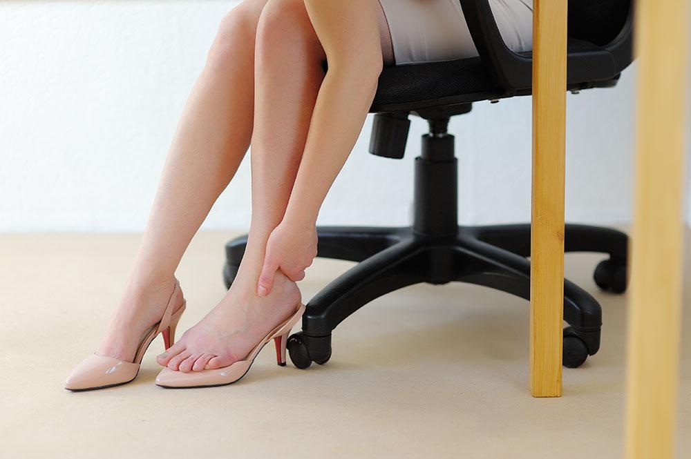 As varizes nas pernas podem ser um grande incômodo. Veja dicas para evitar o problema, diminuir as dores no dia a dia e não sofrer com as varizes.