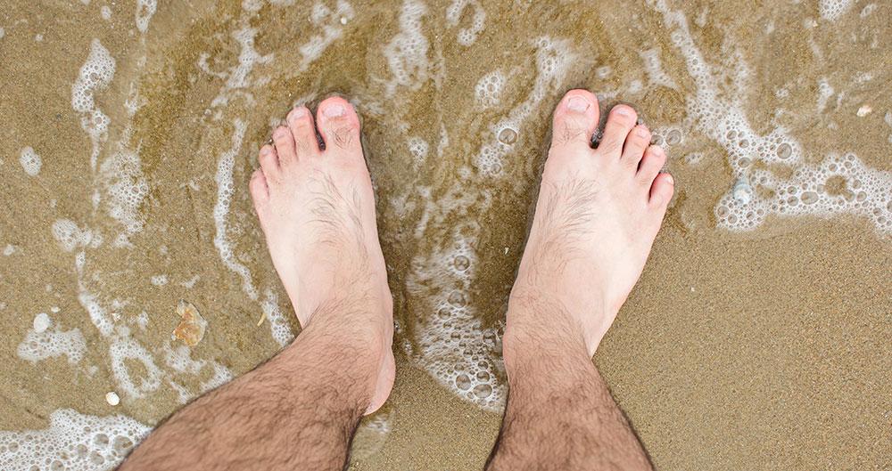 O verão é ótimo para aproveitar a praia e o calor, mas é preciso tomar cuidado com a micose. Toalhas úmidas e roupa de banho molhada podem causar o problema
