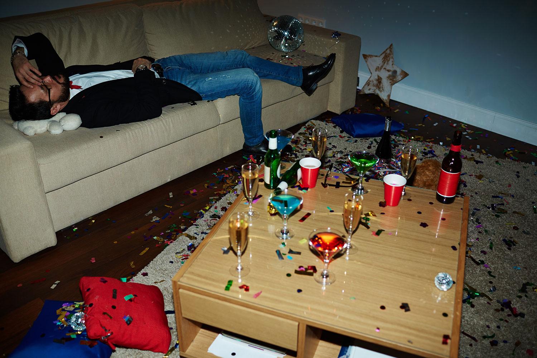 Muita gente sofre com a ressaca depois da virada do ano. É momento de celebrar e, ás vezes, acontece o exagero na bebida. Saiba como diminuir a ressaca.