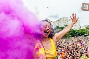 A maquiagem para Carnaval é item primordial da fantasia para curtir a folia. veja dicas para não descuidar da pele na hora de aproveitar a festa.