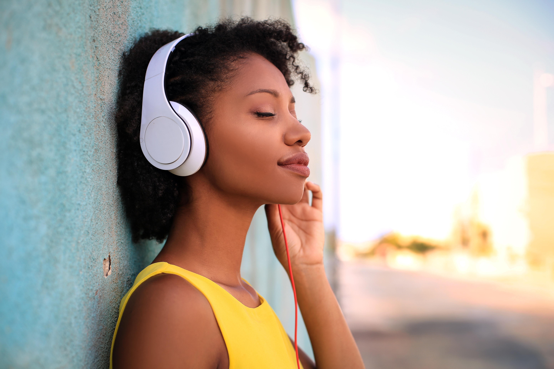 Os fones de ouvido estão cada vez mais presentes na vida das pessoas e optar por escutar música alta pode prejudicar a saúde auditiva.