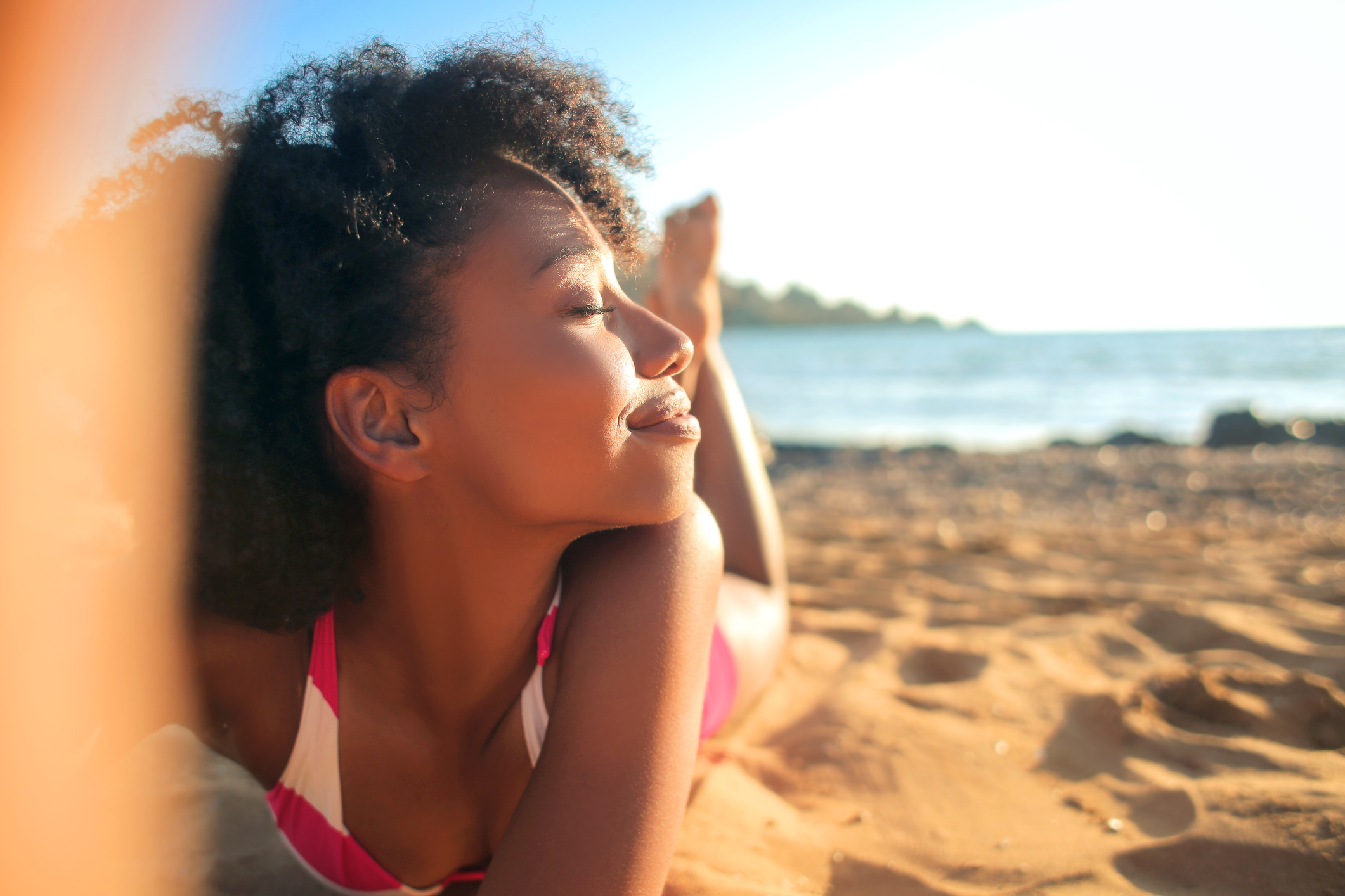 A Vitamina D é obtida através da alimentação com o consumo alimentos como peixes, ovos, queijos e cogumelos e é ativada pela exposição solar.