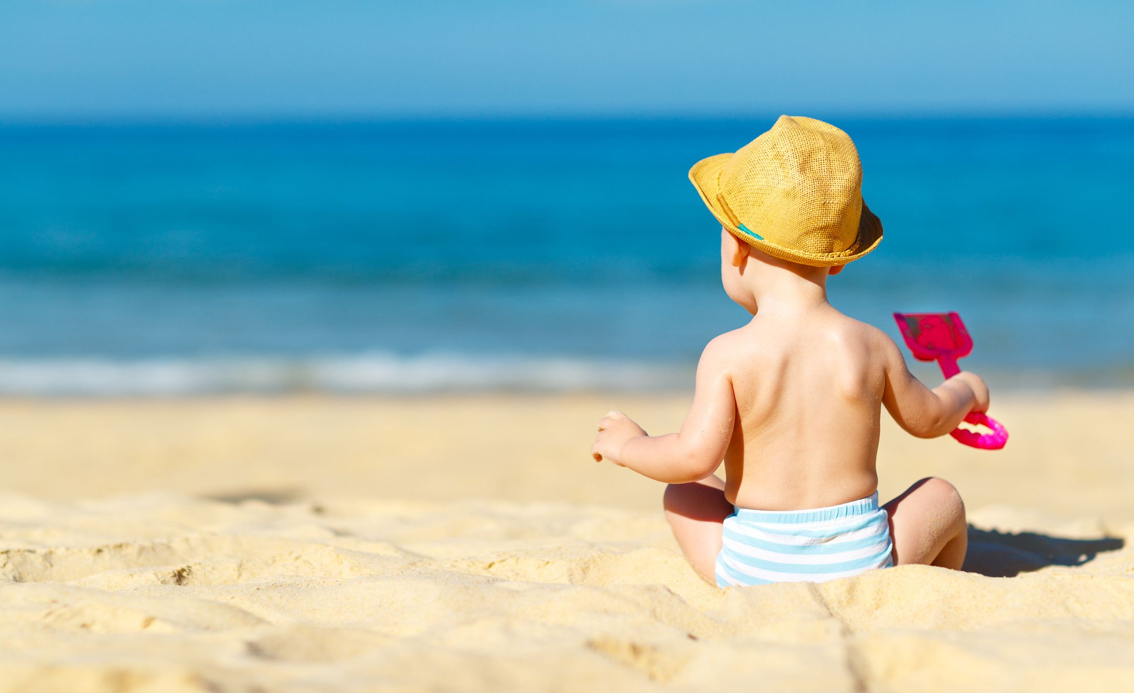 Com a chegada das férias, as praias tornam-se opções convidativas para os pais apresentarem aos filhos recém-nascidos os encantos do litoral brasileiro.