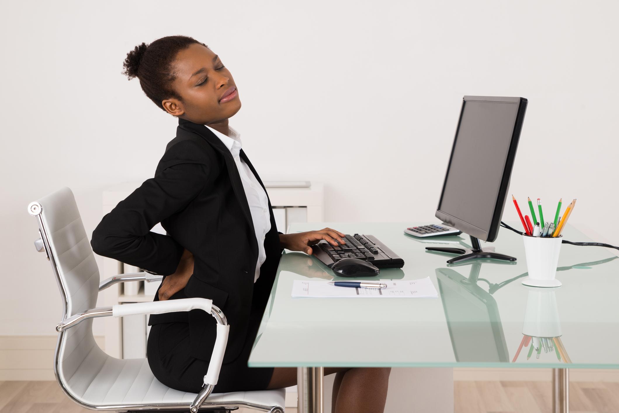 As dores nas costas podem afetar pessoas de todas as idades, por isso manter hábitos saudáveis desde a infância é muito importante para evitar o agravamento de problemas na fase adulta.