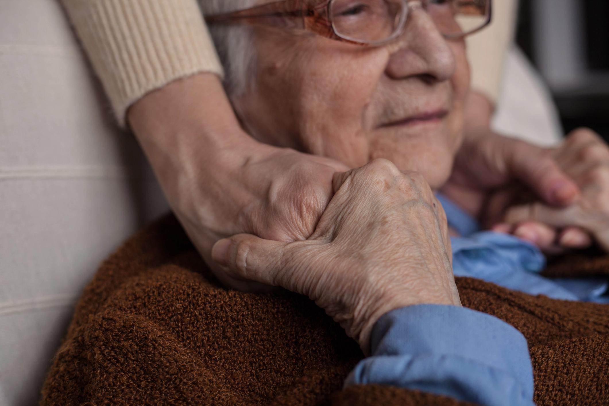 4 de abril é o Dia Nacional do Parkinsoniano. Cerca de 200 mil brasileiros acima de 60 anos possuem a doença. Apesar de ainda não ter medicações que impeçam a evolução da doença, o diagnóstico precoce, o tratamento adequado e o acompanhamento geriátrico e neurológico são fundamentais para manter a autonomia do idoso.