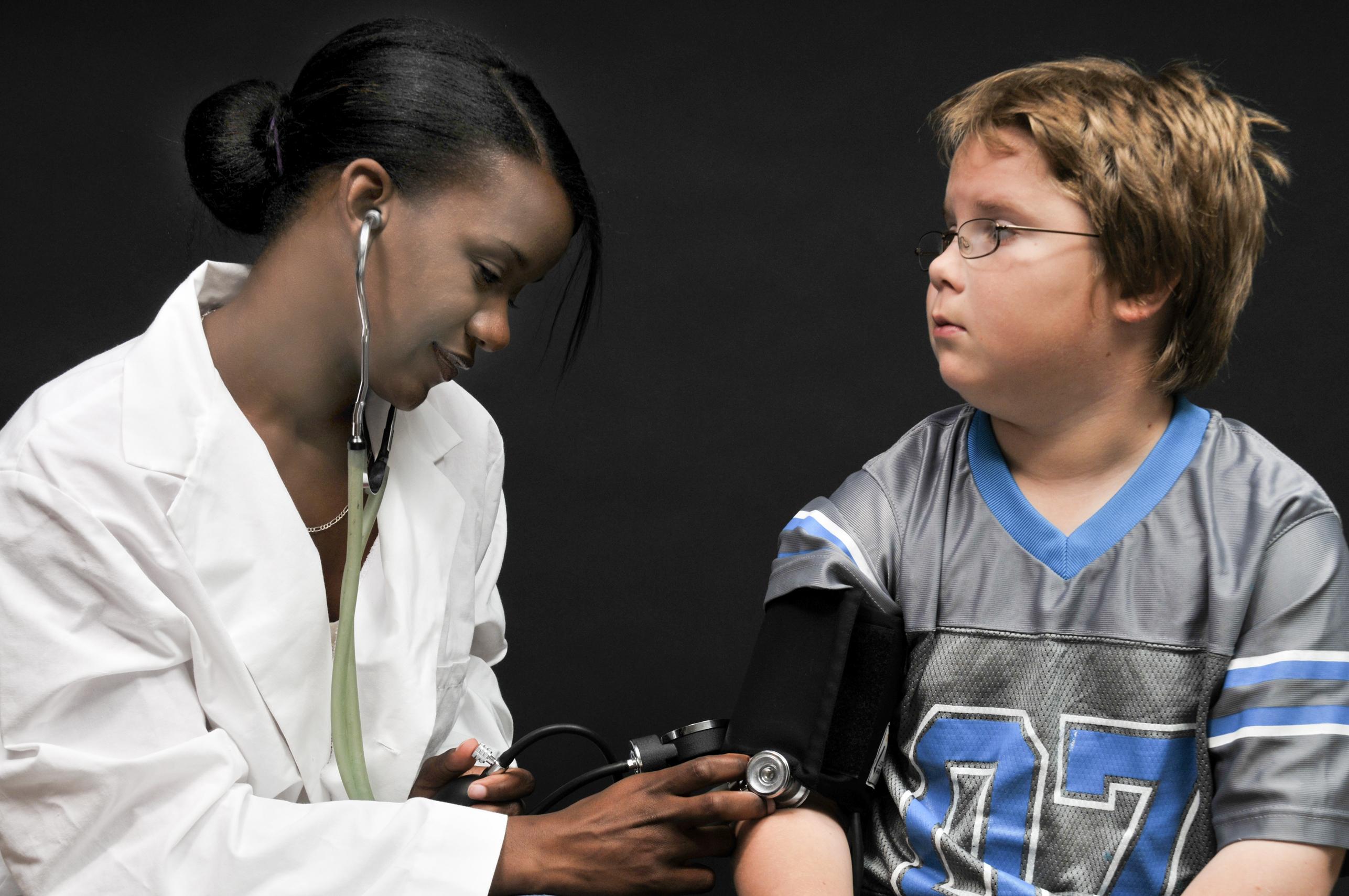 """Chamada de """"mal silencioso"""", a pressão alta – antes exclusividade entre adultos – pode fazer parte da rotina das crianças."""