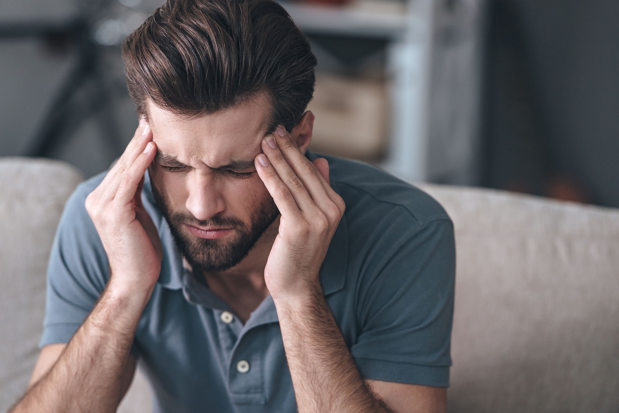 A enxaqueca é conhecida por provocar uma dor de cabeça que dura algumas horas e muitas vezes vem acompanhada de náuseas, sensibilidade à luz, ao som, tontura, fadiga e falta de apetite.