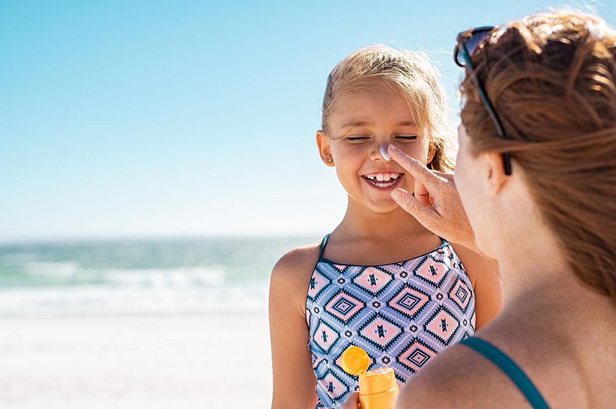 A exposição excessiva aos raios solares no verão pode trazer malefícios à saúde, como envelhecimento precoce e até câncer de pele.